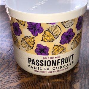 Bath & body 3-wick Passionfruit vanilla cupcake